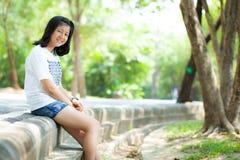 Adolescente que se sienta por el camino. Imagen de archivo