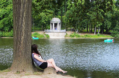 Adolescente que se sienta por el río Fotografía de archivo libre de regalías