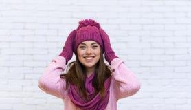Adolescente que se sostiene principal en la sonrisa atractiva de los brazos emocionada Imagenes de archivo