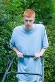 Adolescente que sega o gramado 3 Fotos de Stock Royalty Free