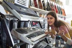 Adolescente que selecciona el sintetizador Imágenes de archivo libres de regalías