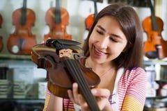 Adolescente que selecciona el violín Imagen de archivo