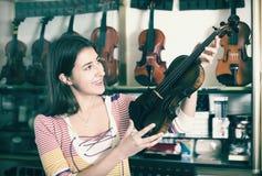 Adolescente que selecciona el violín clásico Foto de archivo