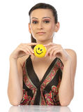 Adolescente que senta-se com esfera do sorriso imagens de stock