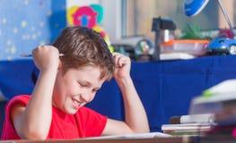 Adolescente que sienta y que prepara la preparación Foto de archivo