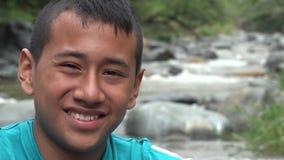Adolescente que sonríe en el río almacen de video