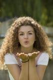 Adolescente que sopla un beso Imagen de archivo libre de regalías