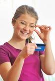 Adolescente que soporta un de la tarjeta de crédito. Imagen de archivo libre de regalías