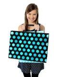 Adolescente que sostiene bolsos de compras Foto de archivo
