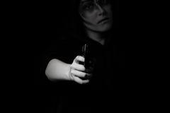 Adolescente que sostiene el arma en la noche Fotografía de archivo libre de regalías