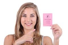 Adolescente que sostiene el carné de conducir Imagen de archivo libre de regalías