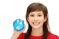 Adolescente que sostiene el despertador Imagen de archivo libre de regalías