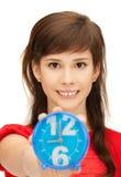 Adolescente que sostiene el despertador Imagenes de archivo
