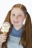 Adolescente que sostiene el helado Foto de archivo libre de regalías