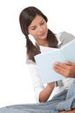 Adolescente que sostiene el libro azul Fotos de archivo libres de regalías