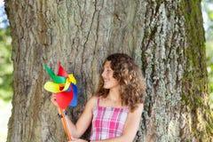 Adolescente que sostiene el molinillo de viento Imagen de archivo