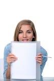 Adolescente que sostiene el papel en blanco Foto de archivo