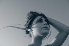 Adolescente que sostiene el pelo con su mano Foto de archivo libre de regalías