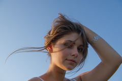 Adolescente que sostiene el pelo con su mano Fotografía de archivo