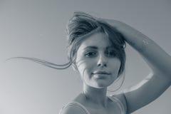 Adolescente que sostiene el pelo con su mano Imagen de archivo libre de regalías