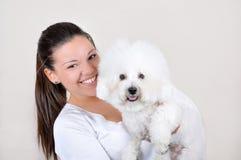 Adolescente que sostiene el perro Imagen de archivo