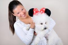 Adolescente que sostiene el perro Imagen de archivo libre de regalías