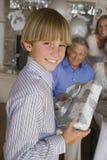 Adolescente que sostiene el regalo Imagenes de archivo