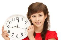 Adolescente que sostiene el reloj grande Imágenes de archivo libres de regalías