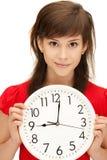 Adolescente que sostiene el reloj grande Fotos de archivo
