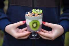 Adolescente que sostiene el smoothie del superfood en sus manos Imagenes de archivo