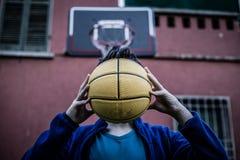Adolescente que sostiene la bola Fotografía de archivo