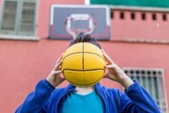 Adolescente que sostiene la bola Imágenes de archivo libres de regalías