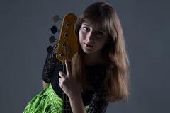 Adolescente que sostiene la guitarra baja Imagen de archivo libre de regalías