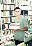 Adolescente que sostiene la pila de libros Imagen de archivo