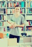 Adolescente que sostiene la pila de libros Fotos de archivo