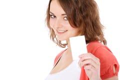 Adolescente que sostiene la tarjeta de visita en blanco Imagen de archivo libre de regalías