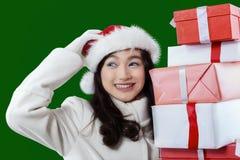 Adolescente que sostiene los regalos de Navidad Foto de archivo libre de regalías