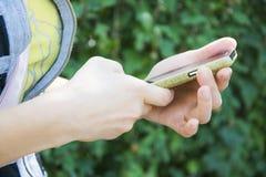 Adolescente que sostiene smartphone Imagenes de archivo