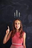 Adolescente que sostiene un finger para arriba que es atento contra escuela Fotografía de archivo