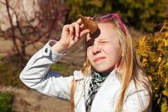 Adolescente que sostiene un helado Imagen de archivo