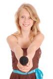 Adolescente que sostiene un micrófono en frente Fotos de archivo libres de regalías