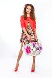 Adolescente que sostiene una cesta de flores Imágenes de archivo libres de regalías