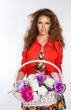 Adolescente que sostiene una cesta de flores Imagen de archivo