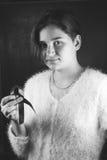 Adolescente que sostiene una cinta roja en su mano, Fotografía de archivo libre de regalías