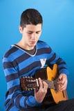 Adolescente que sostiene una guitarra clásica Foto de archivo