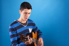 Adolescente que sostiene una guitarra clásica Imagen de archivo libre de regalías