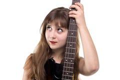 Adolescente que sostiene una guitarra, mirando para arriba Fotos de archivo