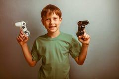 Adolescente que sostiene una palanca de mando del juego Foto de archivo