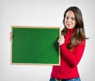 Adolescente que sostiene una pizarra Fotografía de archivo libre de regalías