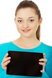 Adolescente que sostiene una tablilla Fotografía de archivo